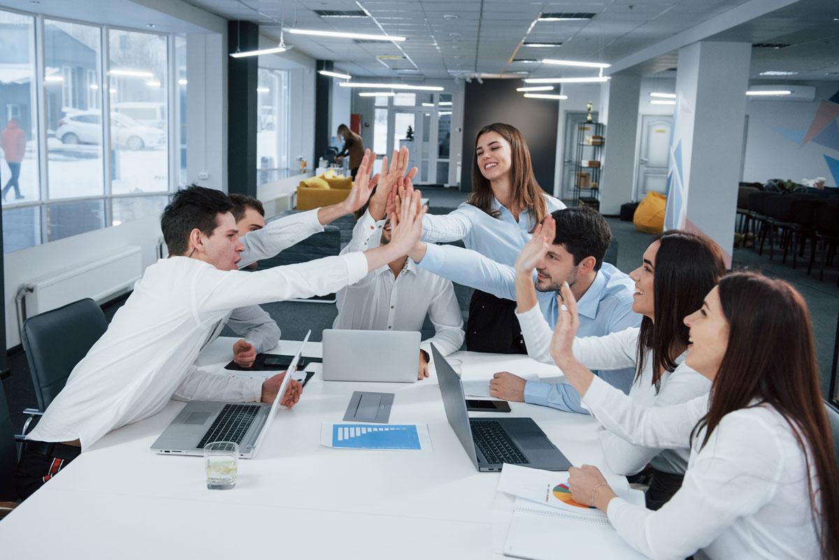 gruppo di giovani iscritti su linkedin per migliorare il proprio profilo professionale